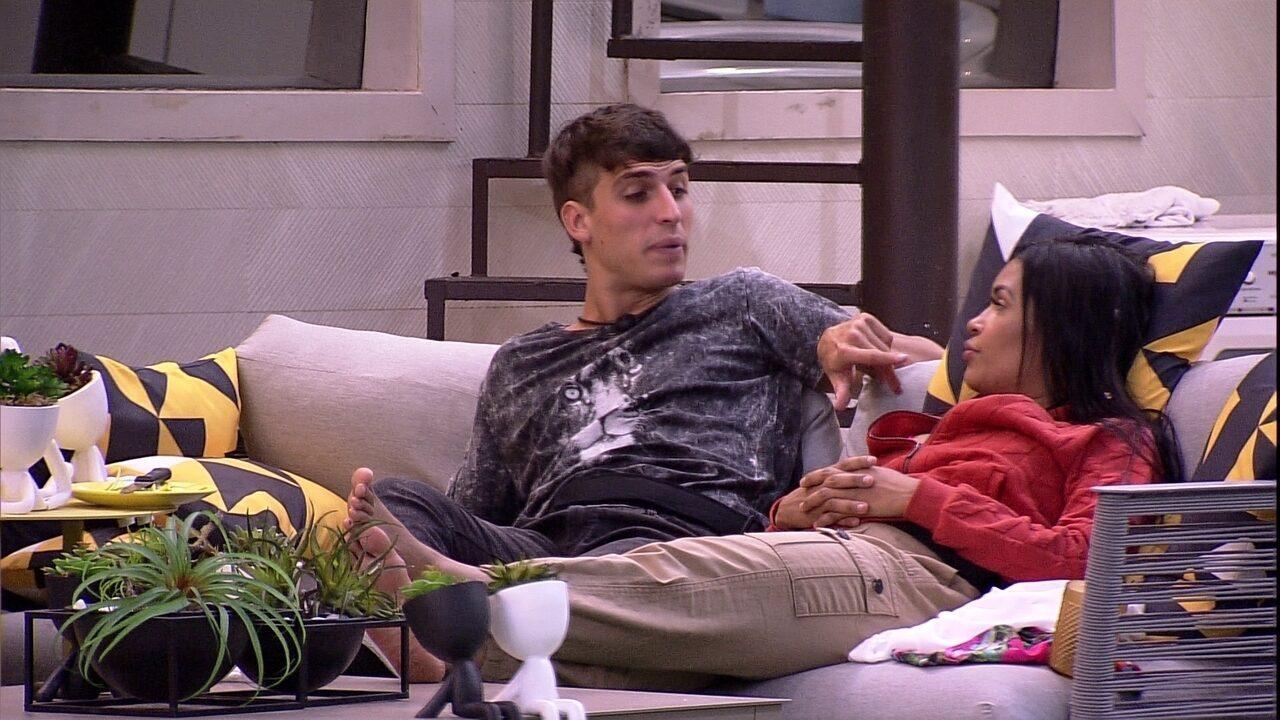 Felipe questiona Flayslane sobre Ivy: 'É do seu grupo ou do grupo delas?'