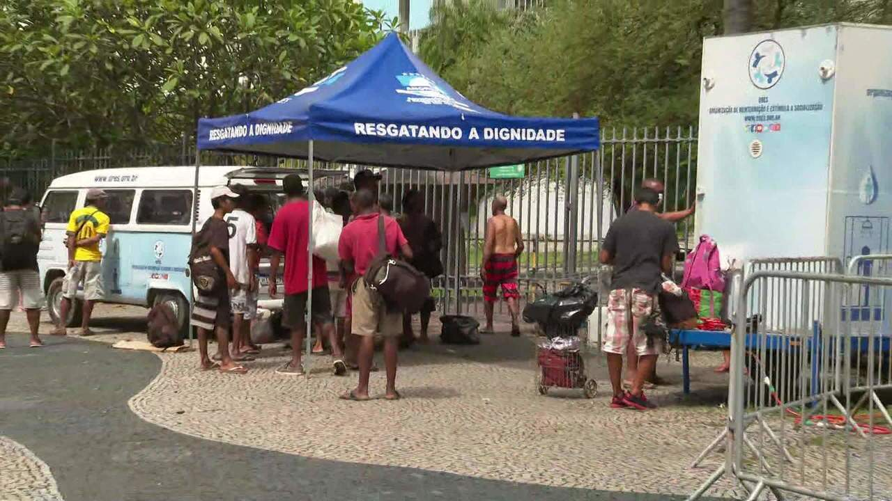 ONG leva banho para sem tetos no Centro do Rio para ajudar no combate ao coronavírus