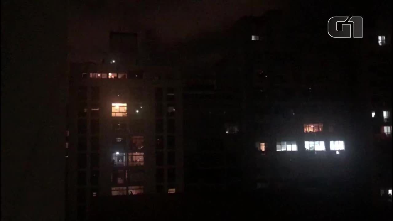 Músico toca e canta 'Hey Jude' da janela de prédio em SP