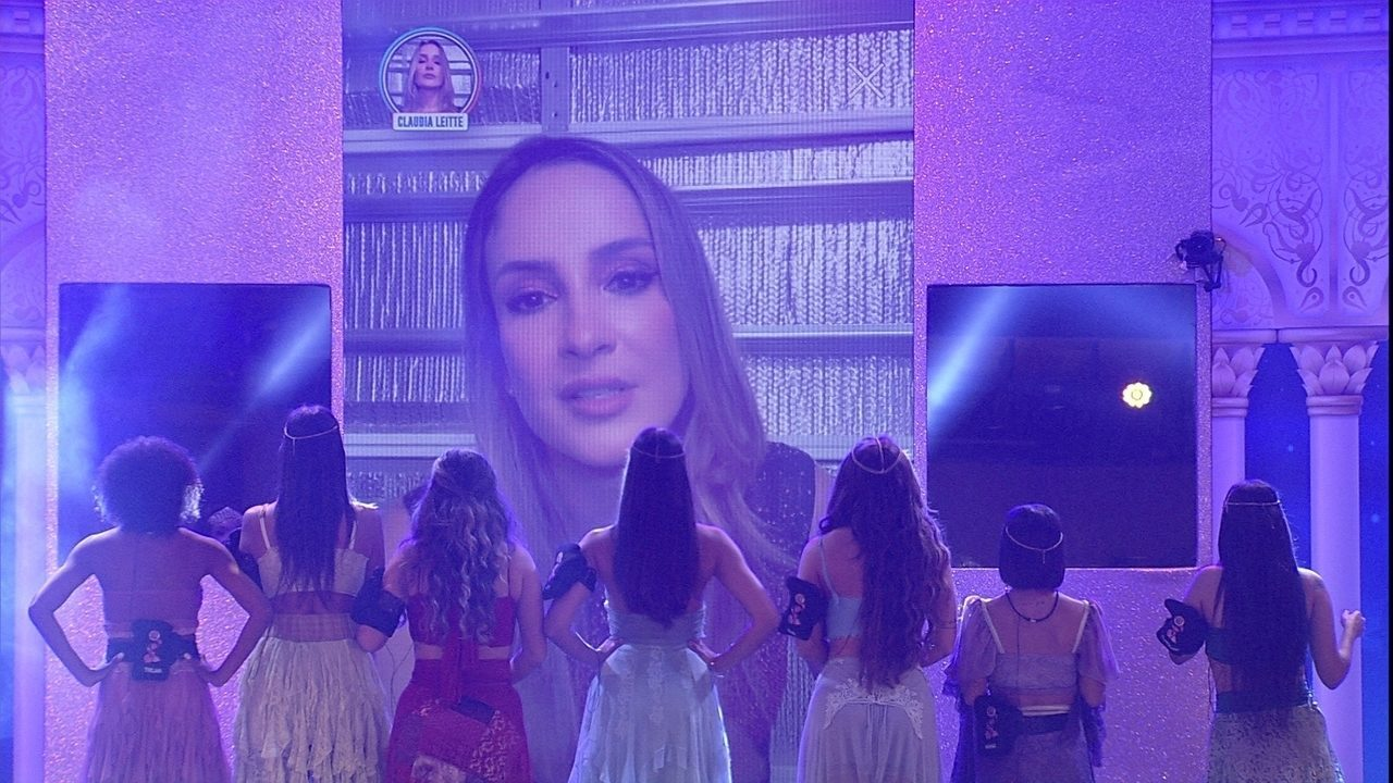 Claudia Leitte surpreende brothers do BBB20 com show no telão da Festa Mil e Uma Noites