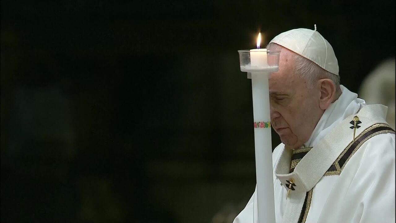 Papa Francisco celebra Vigília de Páscoa na Catedral de São Pedro