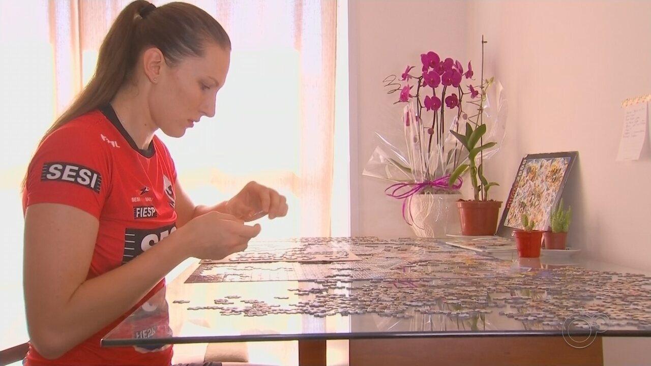 Polina Rahimova, do Sesi-Bauru, monta quebra-cabeças durante quarentena
