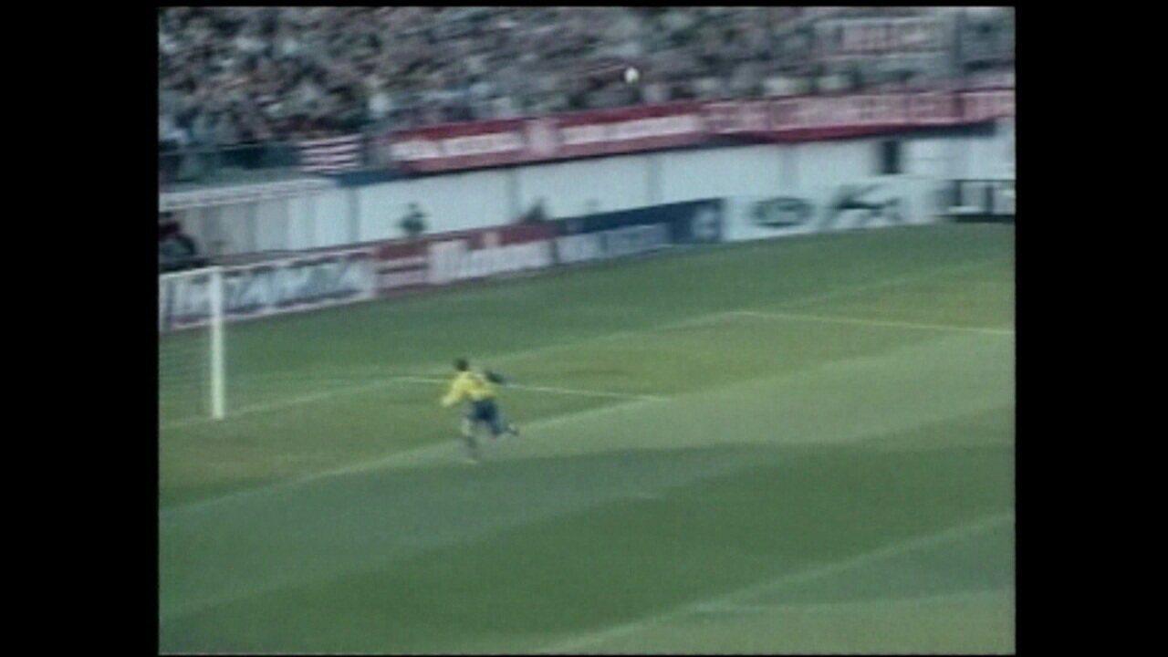Rivaldo faz gol do meio de campo contra o Atlético de Madrid na temporada 97/98