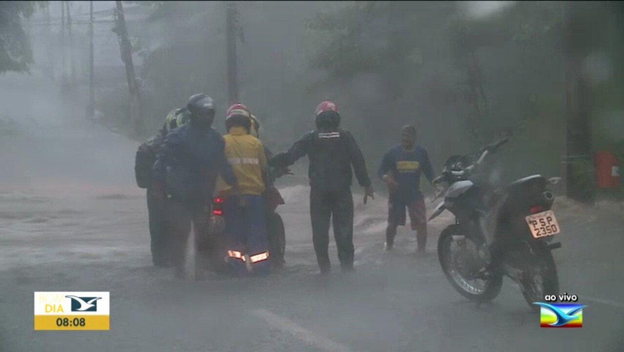 Chuva causa alagamentos em São Luís, na manhã desta terça-feira (21)