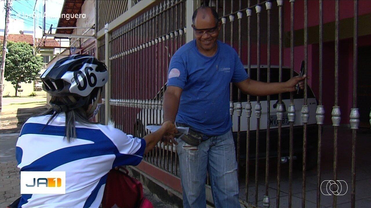 Costureira percorre a cidade doando máscaras em Goiânia