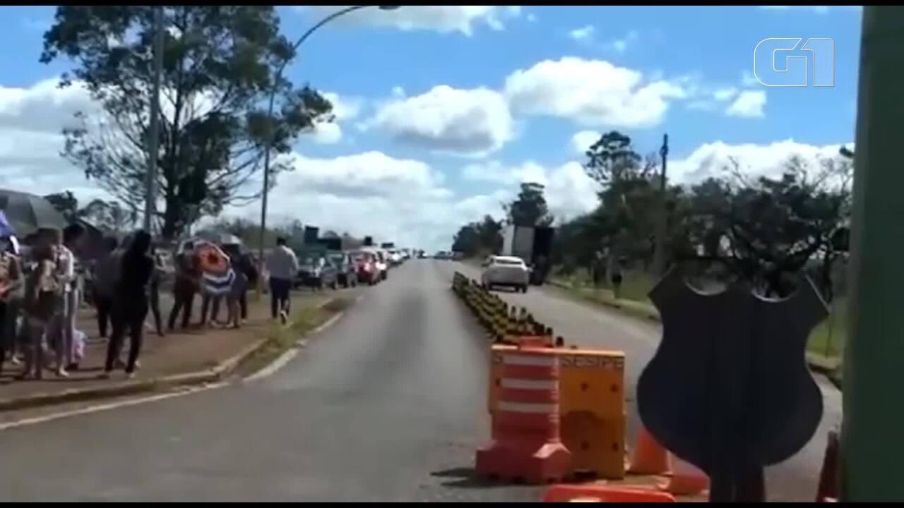 Parentes de presos se aglomeram em frente à Papuda