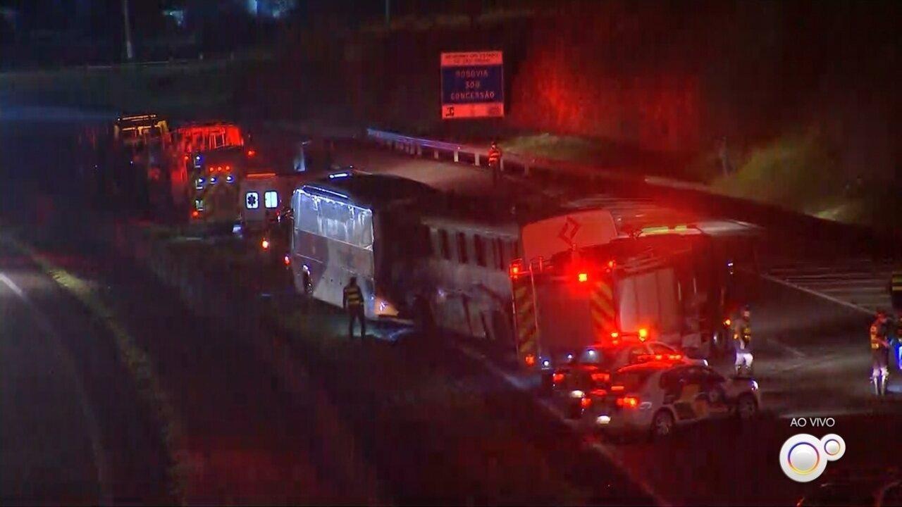 Acidente com dois ônibus deixa mais de 10 feridos e interdita rodovia Castello Branco