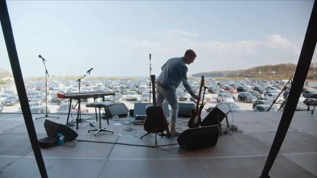 Cantor dinamarquês inova ao fazer show em um drive-in durante a quarentena