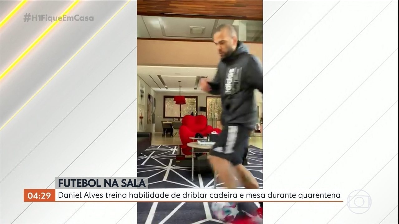 Daniel Alves treina habilidade de driblar cadeira e mesa durante quarentena