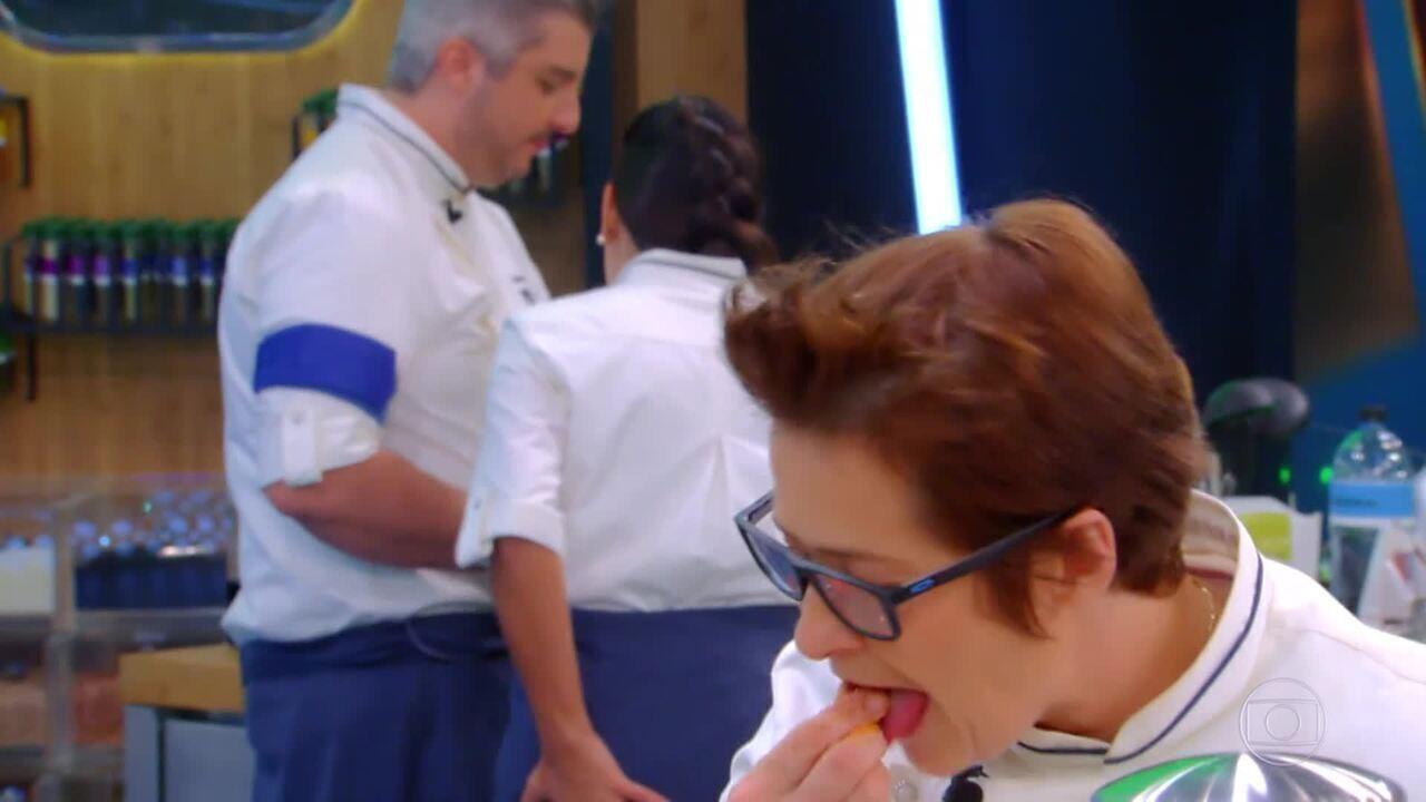 Serginho e Lydia não se entendem no preparo da sobremesa