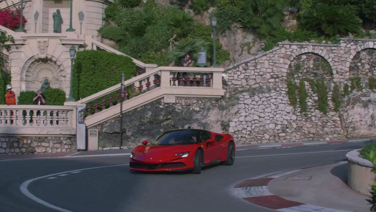Imagens de Charles Leclerc com a Ferrari SF90 Stradale em Mônaco