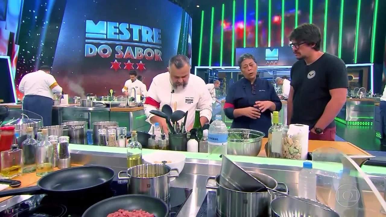 Mestres explicam os pratos para Renzo Garibaldi