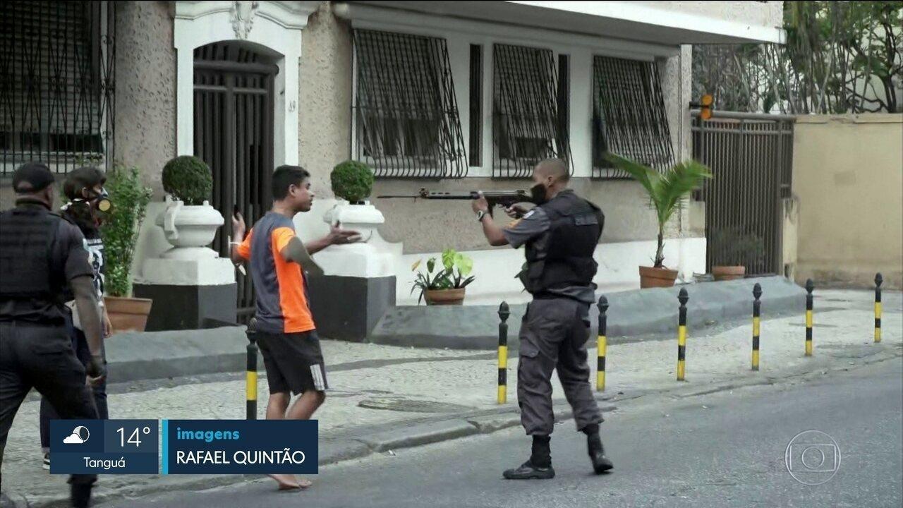 Entregador que ficou na mira de fuzil durante protesto diz que tentou acalmar o policial