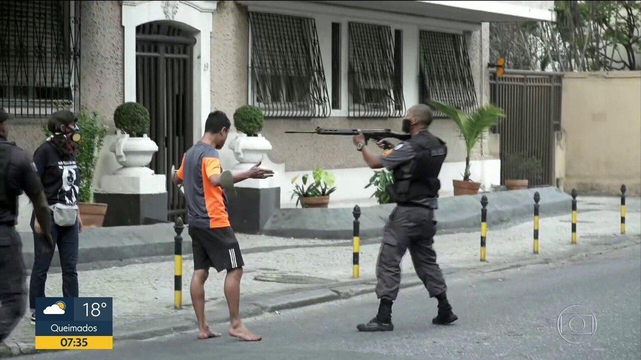 """""""Cena recorrente nas favelas"""", diz jovem que foi abordado por PM com fuzil em protesto"""