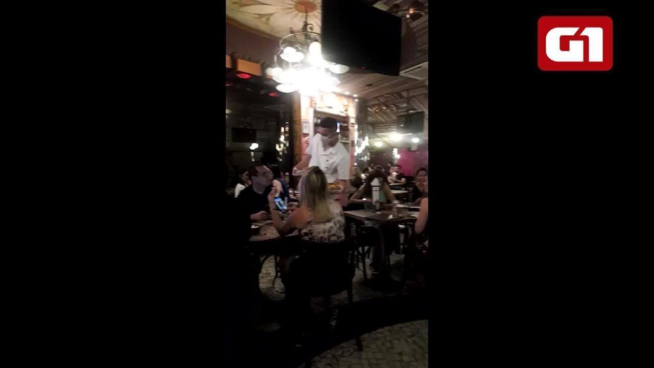 Vídeos mostram bar no Leblon aberto e cheio apesar da proibição