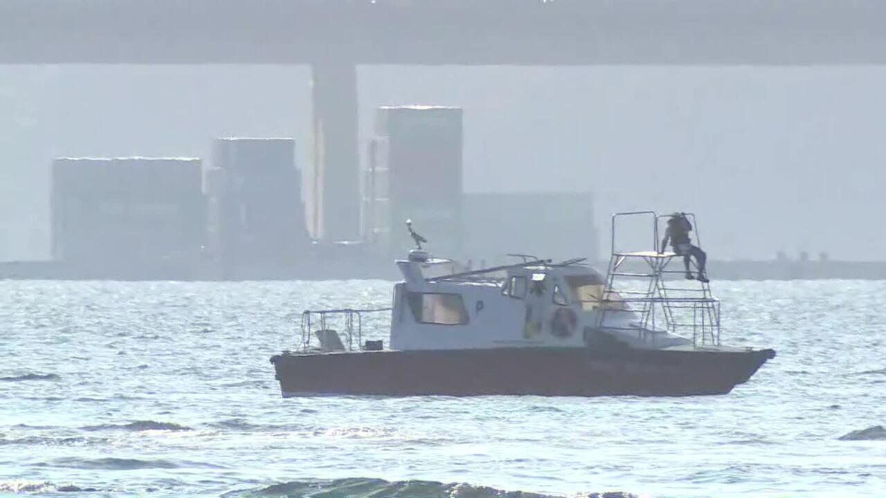 Lancha da praticagem presta auxílio durante resgate a tripulantes de helicóptero na Baía de Guanabara