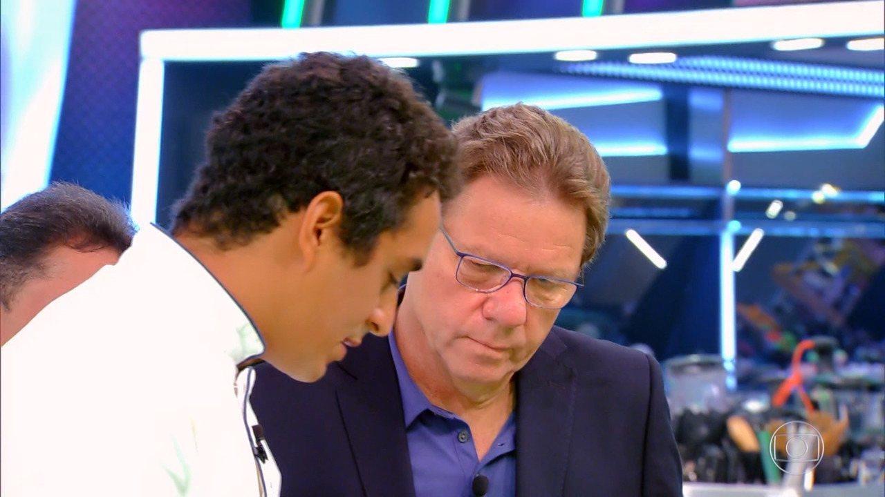 Dário explica prato para Claude