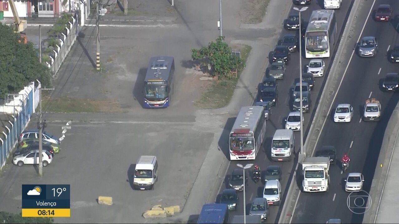 Motoristas usam calçada e canteiro para fugir de trânsito na Avenida Brasil