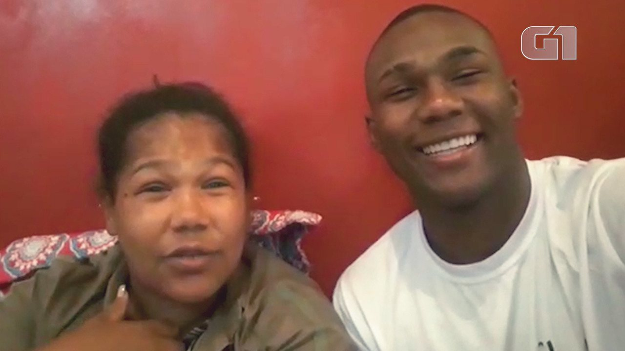 Cantor de funk faz sucesso nas redes sociais com vídeos ao lado da mãe