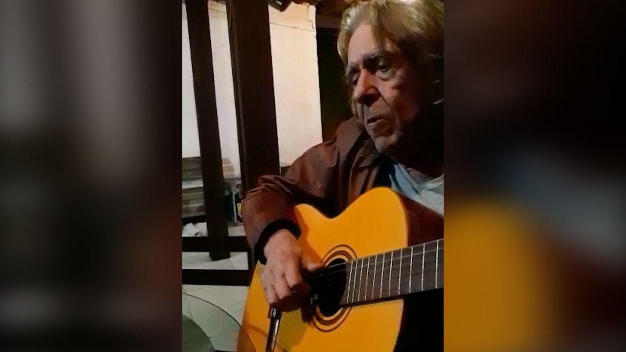 Renato Barros, vocalista da 'Renato e Seus Blue Caps', canta com neta