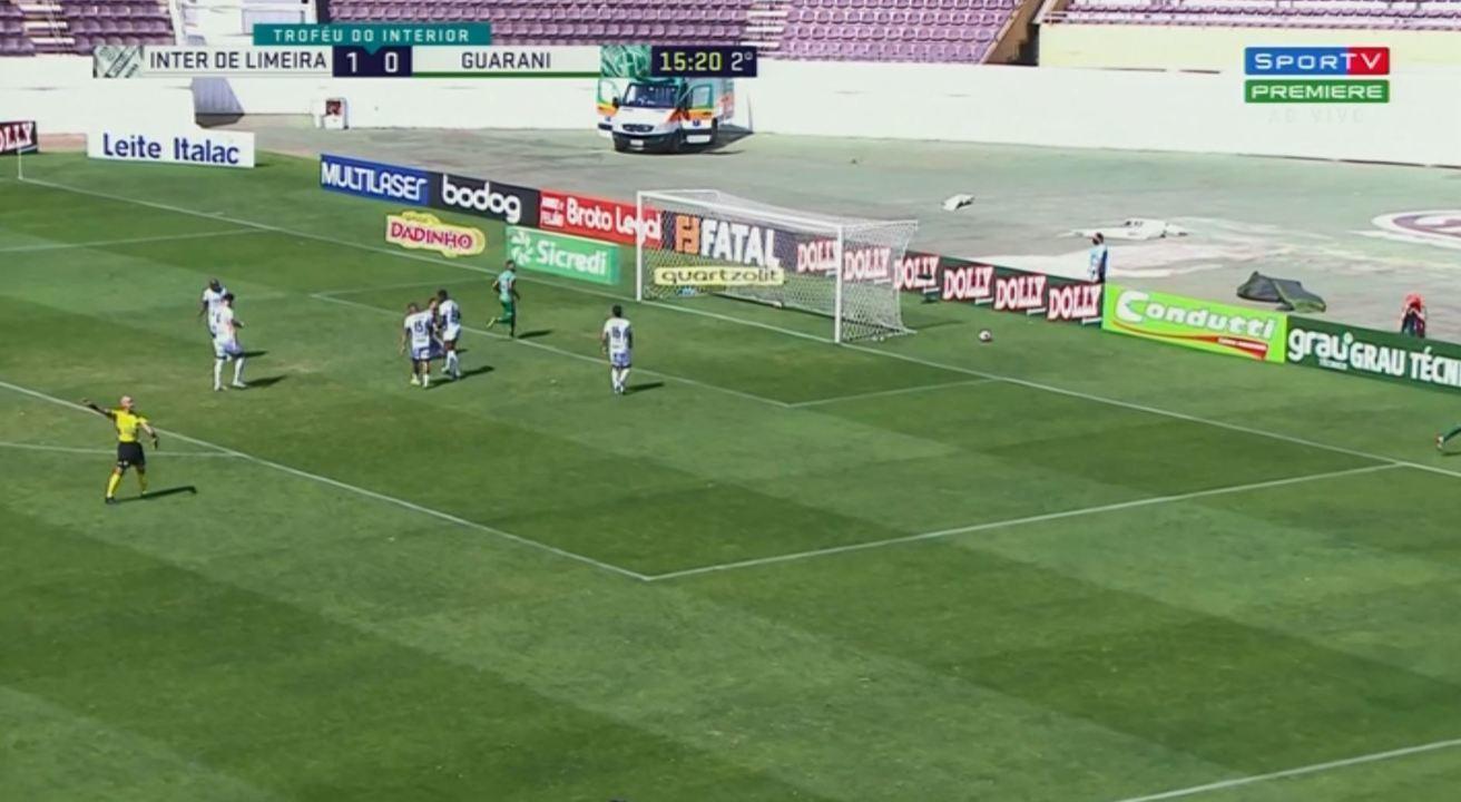 Gol do Guarani! Geovane tenta cortar, mas chuta contra o próprio gol aos 15 do 2° tempo