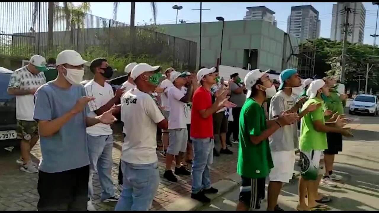 Torcedores do Palmeiras protestam contra a escolha da arbitragem para a final do Paulistão