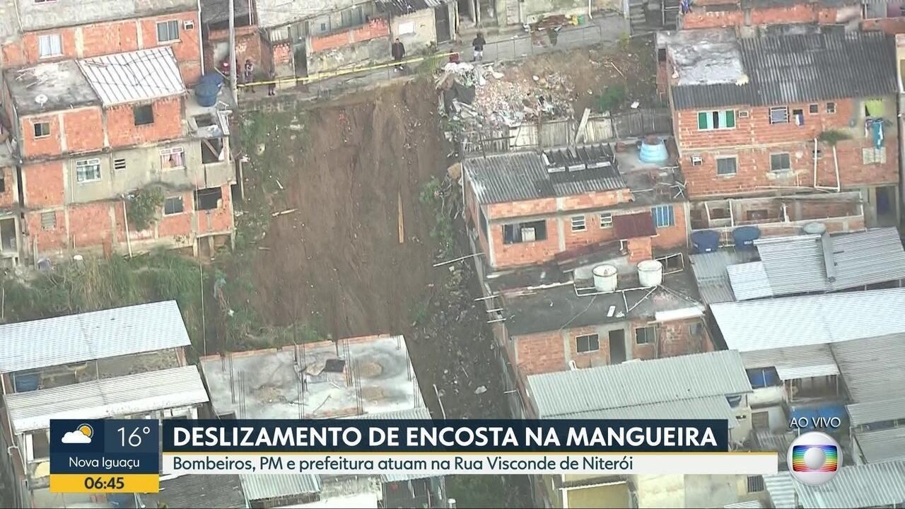 Deslizamento de terra no Morro da Mangueira destrói carros e atinge casas