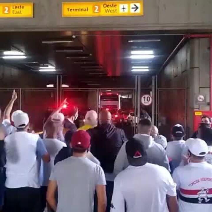 Torcedores do São Paulo protestam no embarque da delegação a Goiânia