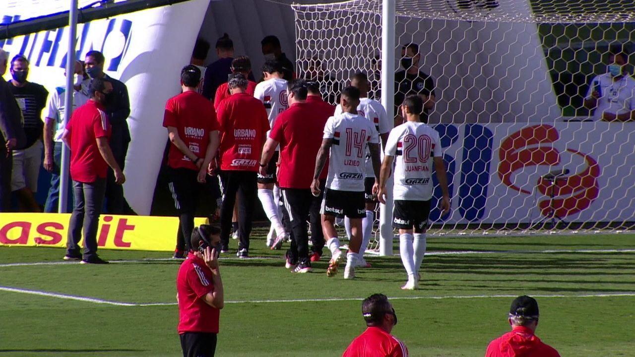 Jogadores do São Paulo deixam o campo após partida com Goiás ser adiada