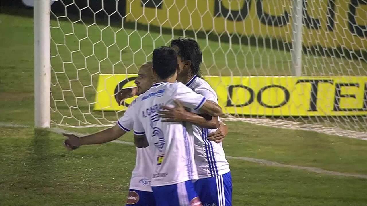 Gol do Cruzeiro! Moreno cobra pênalti no meio do gol para virar o placar, aos 29min do 1ºT