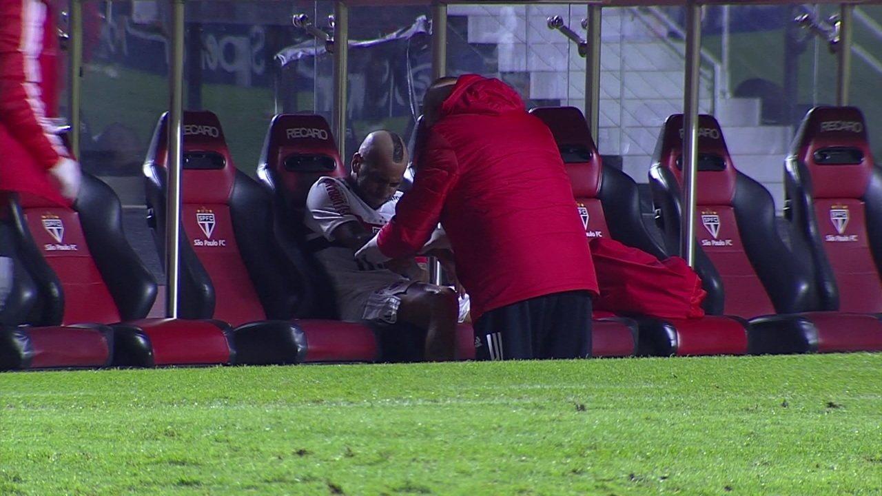 Daniel Alves recebe chute no braço direito, sente muitas dores e recebe atendimento no banco, aos 31 do 2º tempo