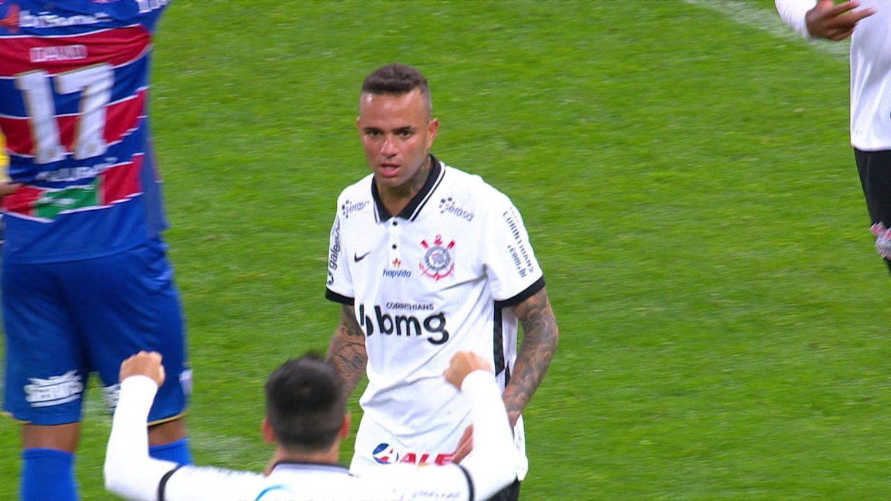 Gol do Corinthians! Jackson afasta para cima e Luan pega de primeira para empatar a partida, aos 30' do 2° tempo