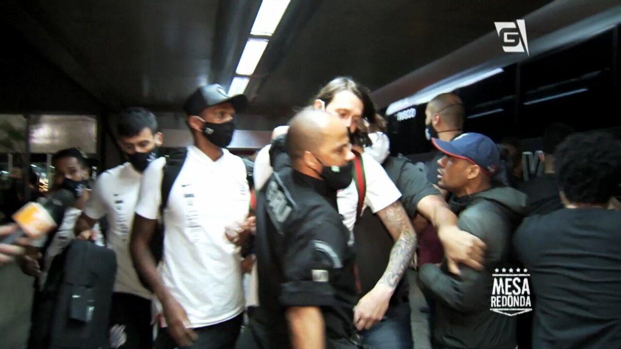 Jogadores do Corinthians são cercados por torcedores no aeroporto