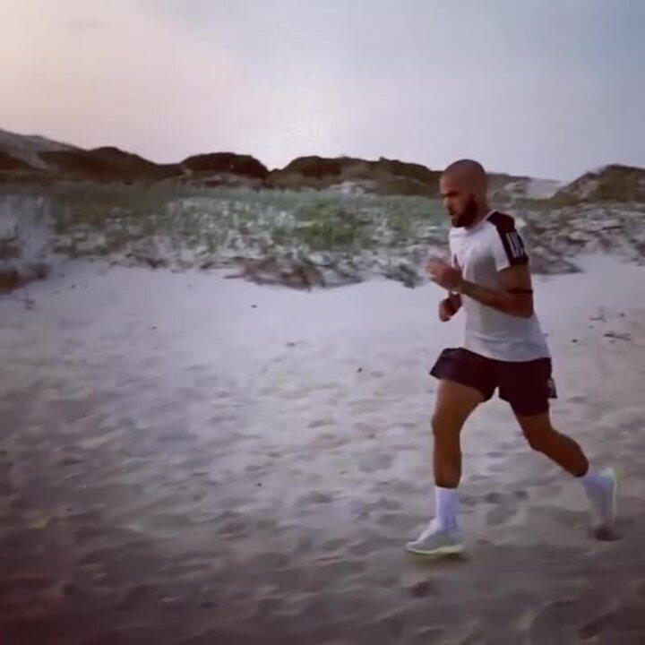 Daniel Alves, do São Paulo, faz treino em praia
