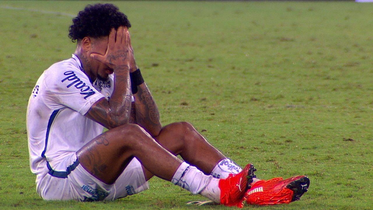 Após empate do Santos, Marinho lamenta e gesticula sozinho no gramado