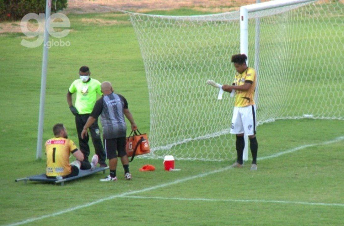 Volante do Santos-AP, Otávio entra como goleiro após lesão de titular e doença de reserva
