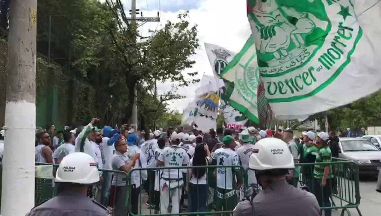 Veja trecho do protesto de torcedores do Palmeiras na Academia de Futebol
