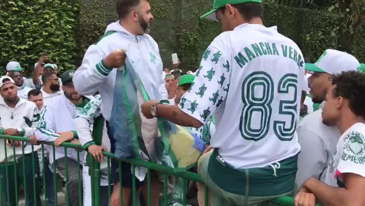 Torcedores do Palmeiras rasgam bandeiras alusivas a jogadores do atual elenco