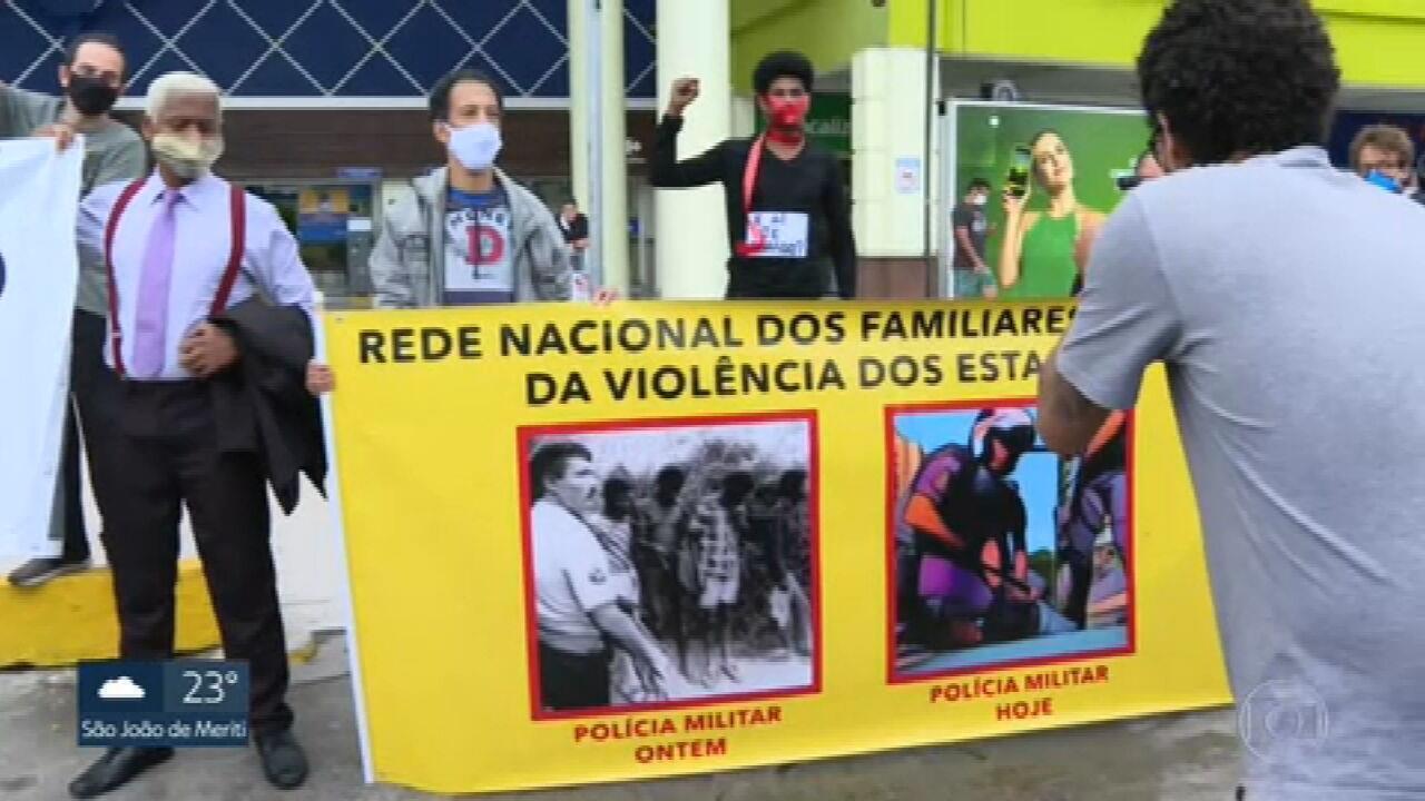 Protesto no Carrefour da Barra após morte de homem em Porto Alegre