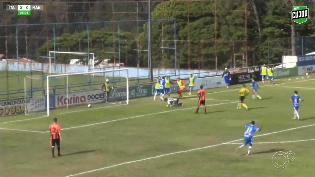 Goleiro escorrega em cima da bola e sofre gol bizarro na Segundona