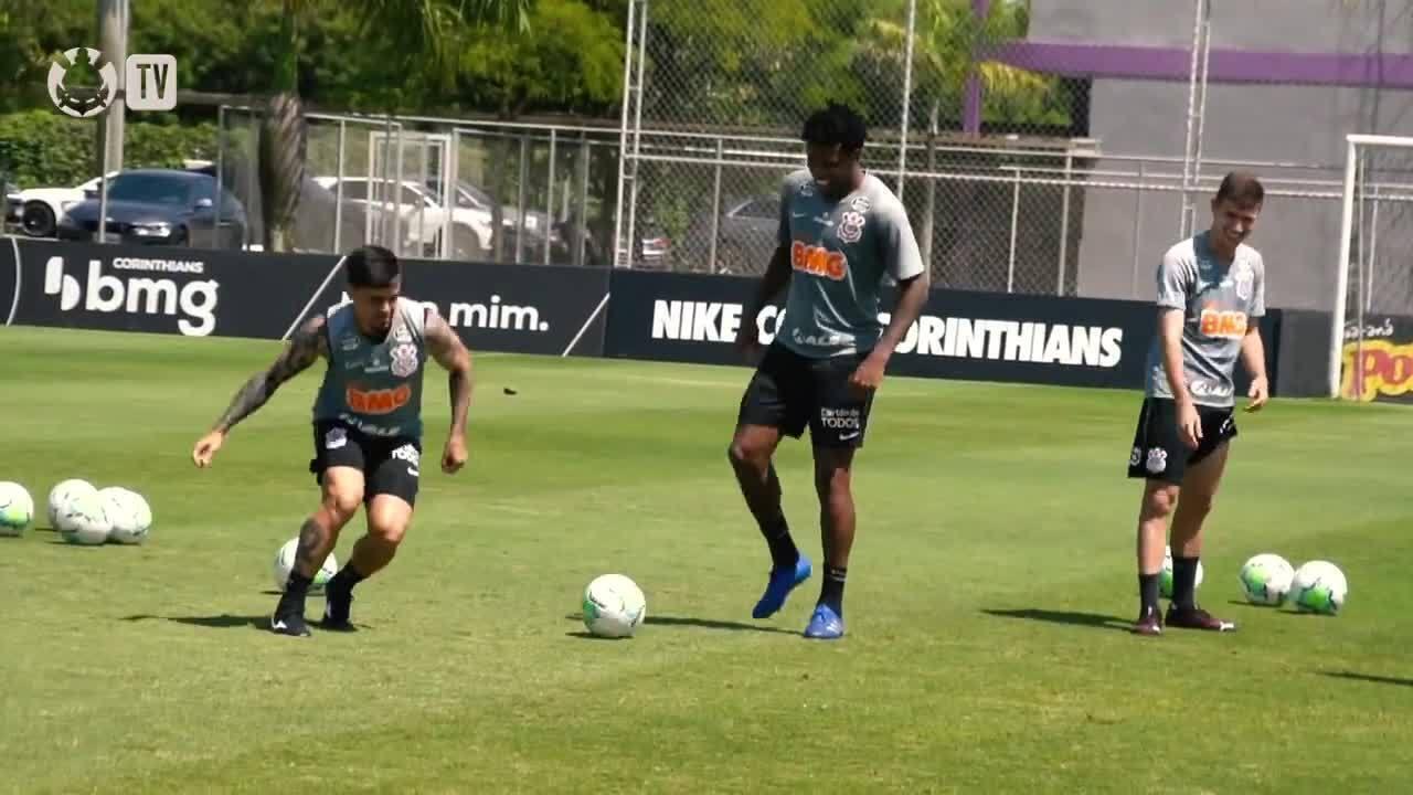 Fagner e Gabriel se desafiam no mini-jogo, durante treino do Corinthians