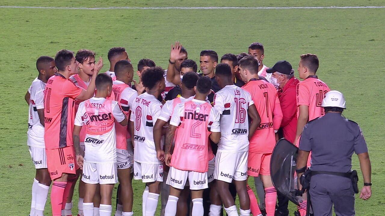 Jogadores do São Paulo partem para cima do árbitro para reclamar tempo de acréscimo
