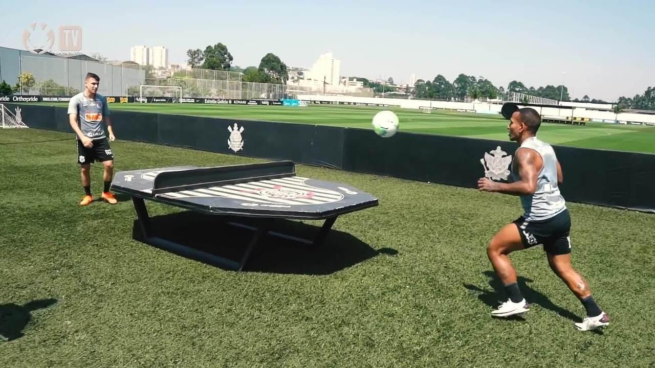 Confira disputa no futmesa em treino do Corinthians