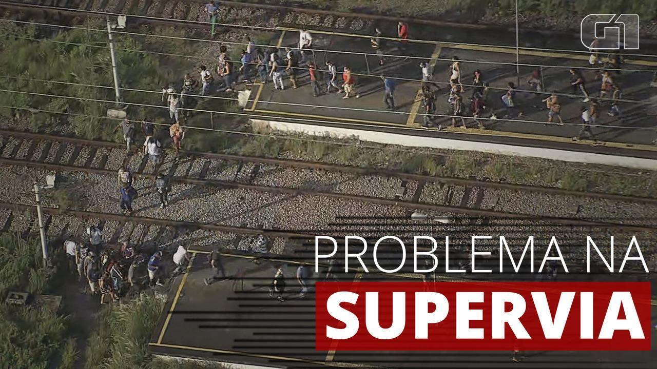 VÍDEO: Passageiros cruzam linha férrea a pé após problema no ramal Saracuruna