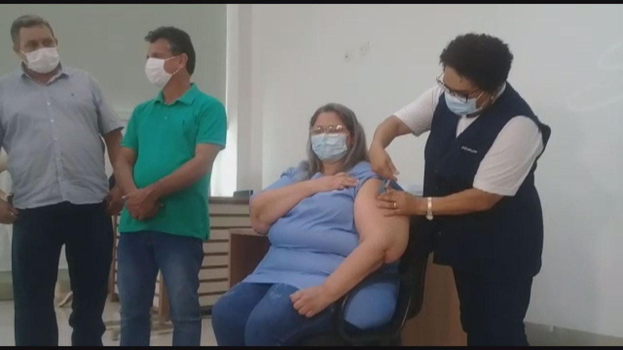 Técnica em enfermagem de Alfenas é a primeira pessoa vacinada contra Covid-19 no Sul de MG