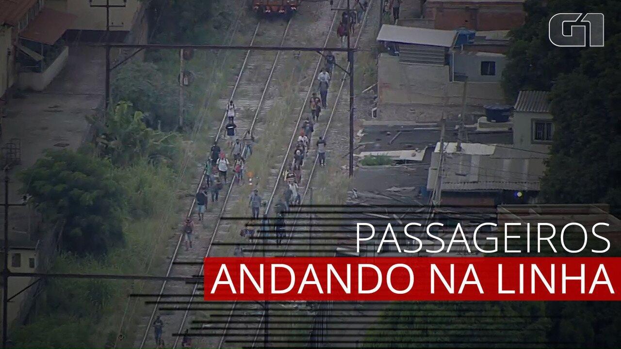 VÍDEO: Após pane em trem, passageiros andam entre os trilhos até estação