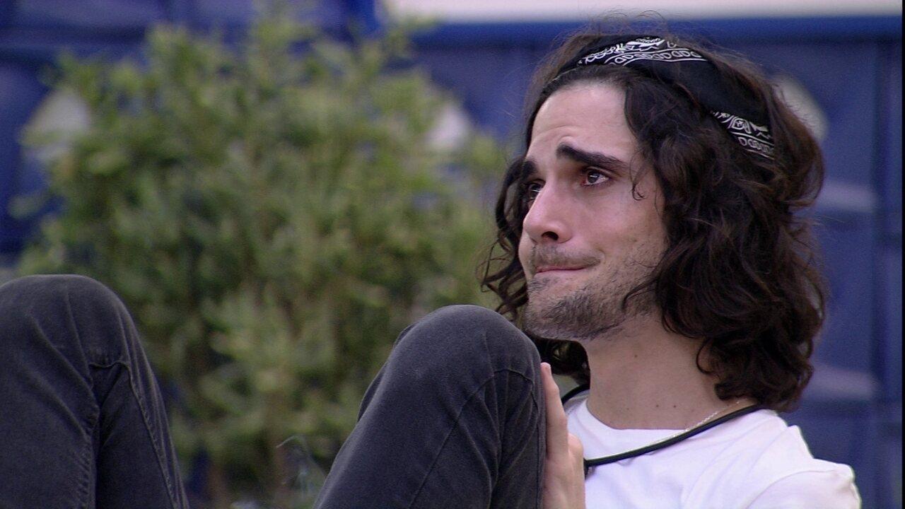 Fiuk chora sozinho na área externa da casa do BBB21