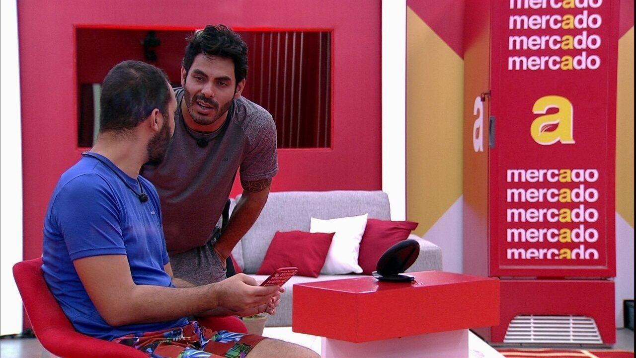 Gilberto e Rodolffo fazem as compras da Xepa no BBB21 e cantor avisa: 'Para ter fartura'