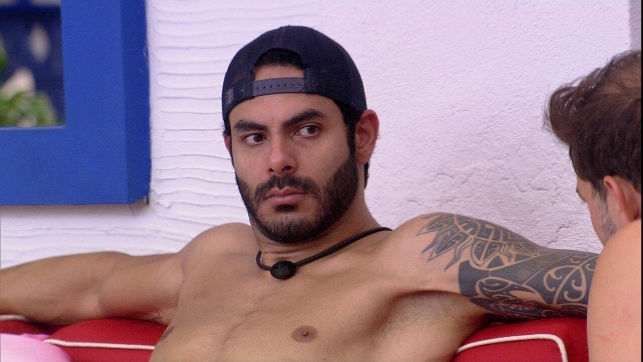 Na varanda do BBB21, Caio diz que brother tem chance de ir ao Paredão