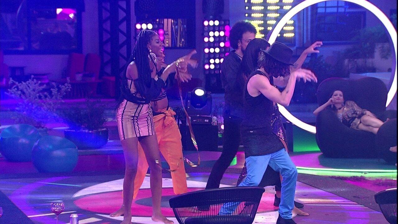 Brothers dançam coreografia de 'Thriller' em festa do BBB21